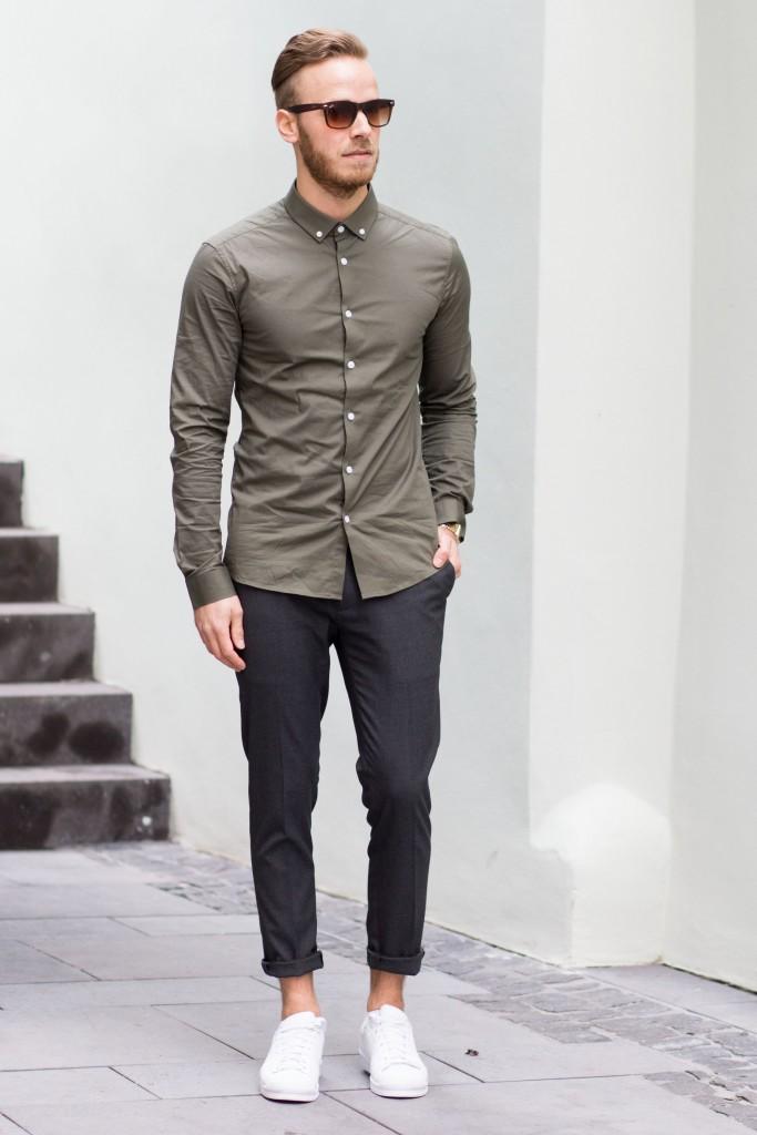 Hemd in Oliv mit grauer Hose und Adidas Superstars