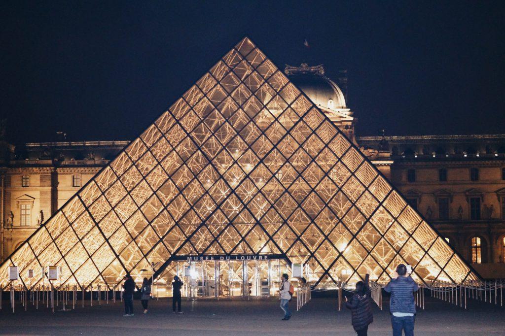 Paris bei Nacht Louvre