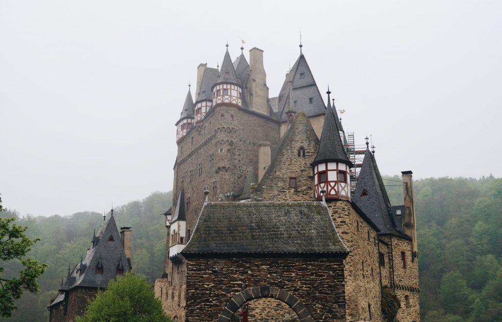 TRAVEL Burg Eltz Ausflug ins Mittelalter Mosel Eifel Trier Burgen Castle Germany Deutschland Blogger Reise