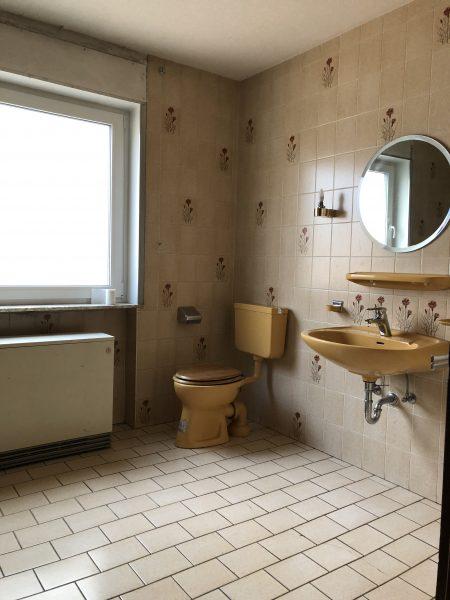 Badsanierung - Von alten Fliesen zum Luxus Bad - Der Vorher/Nachher Vergleich Bad Sanierung Badezimmer Plan Bad Beton Optik Beton Ciré Bath Bathroom Inspiration Haus Sanierung Haus Bau Haussanierung vorher nachher vergleich luxus bad alte fliesen raus