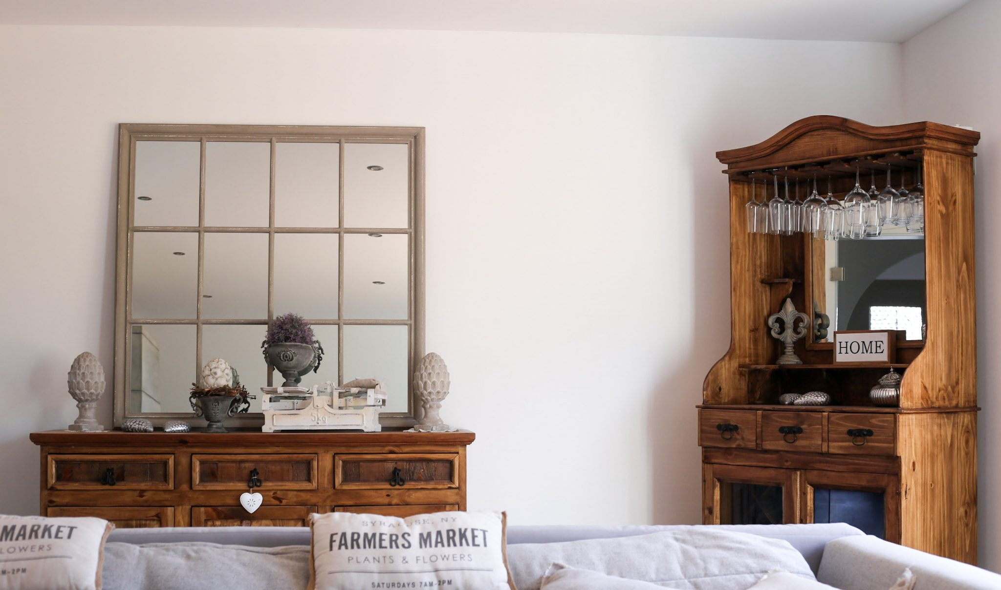 Mehr Leben im Wohnzimmer mit dem Barschrank Mexiko von Möbel Billi Interieur Interior Einrichtung Haus Hausbau Haussanierung Umbau Renovieren Renovierung Vorher/Nachher Sanierung