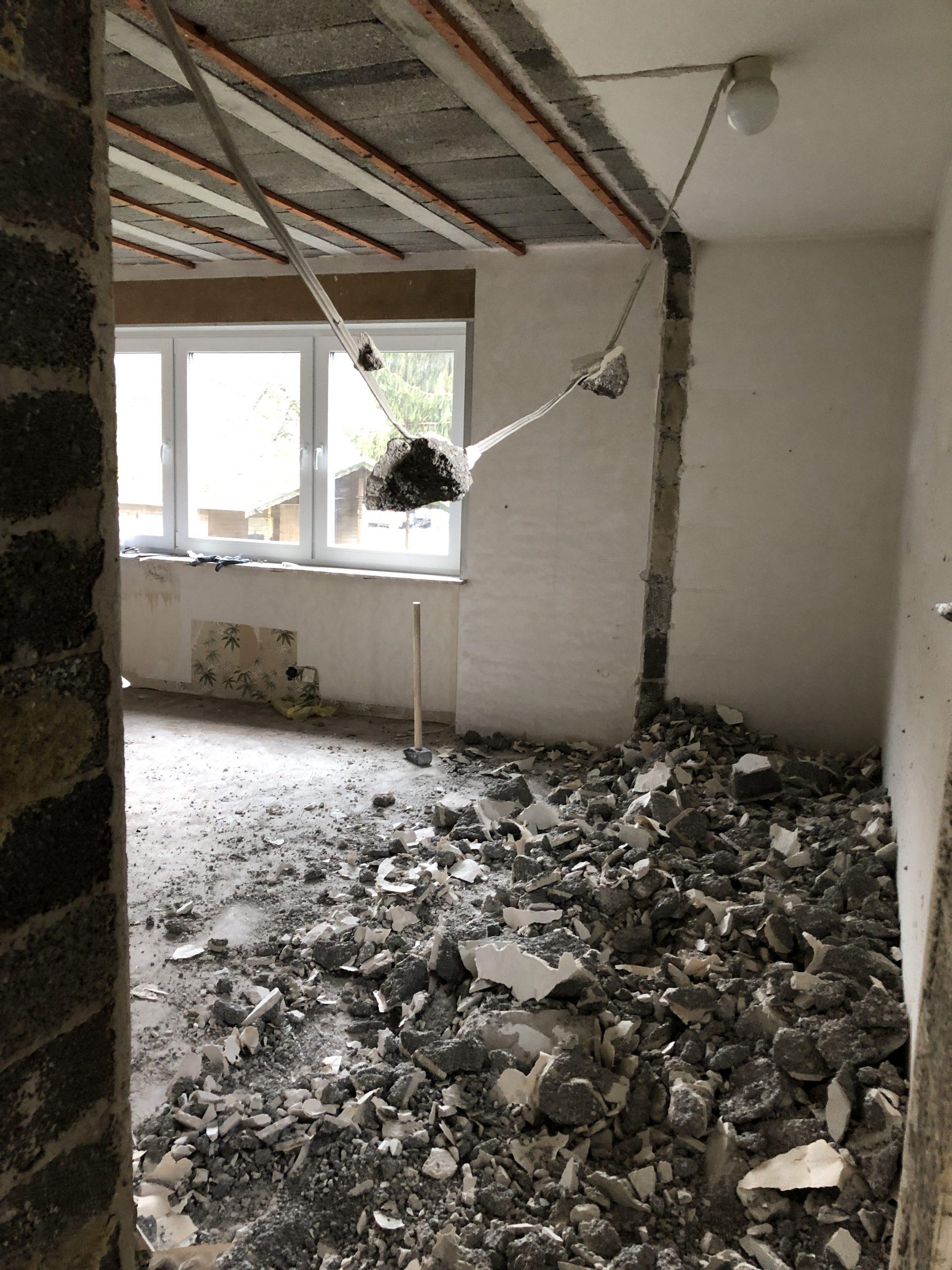Haussanierung – Verwandlung im Wohnzimmer mit Wandfarbe von Kalk Litir – Der Vorher/Nachher Vergleich Inneneinrichtung renovieren umbauen sanieren Sanierung Renovierung 2021
